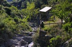 Casa de campo arruinada velha pelo rio perto da vila de Vernazza Imagens de Stock