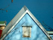 Casa de campo azul com telhado branco imagens de stock