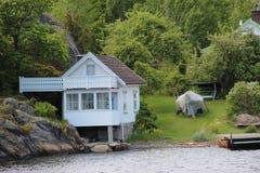 Casa de campo bonita branca pelo mar fotografia de stock