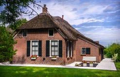 Casa de campo bonita cercada pelo canal em Giethoorn Foto de Stock Royalty Free