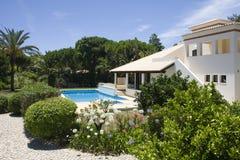 Casa de campo bonita com um jardim saudável e uma associação Fotos de Stock