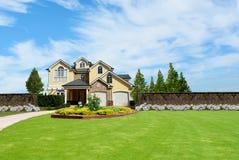 Casa de campo bonita de duas histórias Imagens de Stock Royalty Free