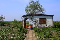 Casa de campo branca abandonada em atribuições na mola adiantada imagem de stock