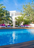 Casa de campo branca com verde e camas Imagem de Stock Royalty Free