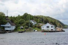 Casa de campo branca pelo lago Imagens de Stock