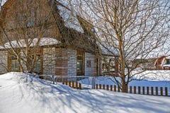 Casa de campo coberta com a neve Fotografia de Stock