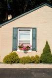 Casa de campo com caixas da flor Imagem de Stock