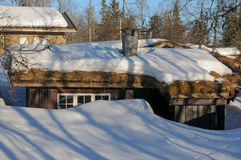 Casa de campo com neve no telhado Imagens de Stock