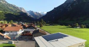 Casa de campo com painel da célula solar vídeos de arquivo
