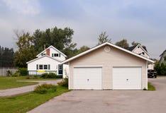 Casa de campo com uma grande garagem imagens de stock