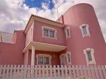 Casa de campo cor-de-rosa bonita na costa do Algarve de Portugal imagens de stock