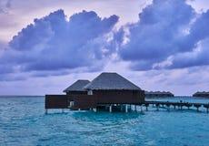 Casa de campo da água em um recurso em Maldivas imagem de stock