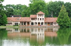 Casa de campo da beira do lago fotos de stock