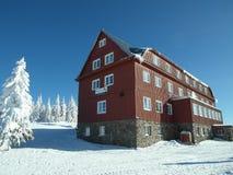 Casa de campo da montanha no centro recreativo do inverno Imagens de Stock