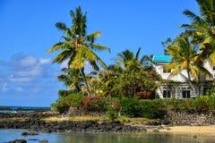 Casa de campo da opinião do mar com a casa de verão das árvores do plam Foto de Stock