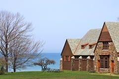 Casa de campo de la línea de costa Imagen de archivo libre de regalías