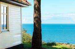 Casa de campo de madeira branca com vista bonita sobre o mar Báltico azul imagem de stock royalty free