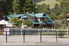 Casa de campo de madeira coberta com um telhado da lata Fotos de Stock