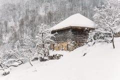 Casa de campo de madeira coberta na neve fotografia de stock