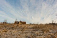 Casa de campo de madeira e céu azul surpreendente no inverno Fotografia de Stock