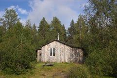 Casa de campo de madera de la pesca en el bosque Imágenes de archivo libres de regalías