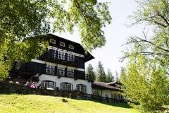 Casa de campo de Mcdonald del lago en el glaciar del oeste, alojamientos dentro del Parque Nacional Glacier fotografía de archivo