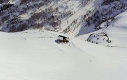 Casa de campo de pedra entre as montanhas nevado Fotografia de Stock Royalty Free