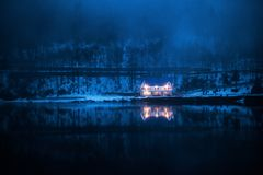 Casa de campo do inverno no lago Ritsa nas montanhas da Abkhásia foto de stock royalty free