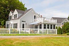 Casa de campo do verão com cerca fotografia de stock