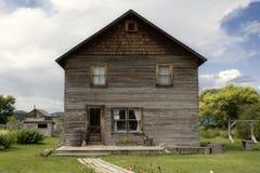 Casa de campo do vintage com gato e jardim Fotografia de Stock Royalty Free