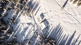 Casa de campo e árvores cobertas na neve Imagem aérea no ` a da cortina D fotografia de stock royalty free