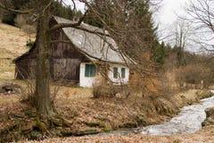 Casa de campo e córrego Fotografia de Stock Royalty Free