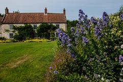 Casa de campo e jardim Fotografia de Stock Royalty Free