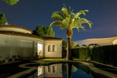 Casa de campo e palma agradáveis na noite na Espanha Fotos de Stock