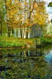 Casa de campo e quay antigos no parque foto de stock royalty free