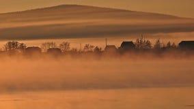 Casa de campo e rio na névoa video estoque