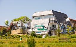 A casa de campo e um barco na margem em Ravda Bulgária Imagens de Stock Royalty Free