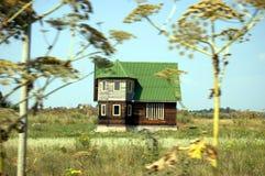 Casa de campo em um campo Fotos de Stock Royalty Free