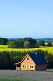 Casa de campo em um campo Imagens de Stock Royalty Free