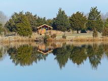 Casa de campo em um lago Fotos de Stock Royalty Free