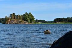 Casa de campo em uma ilha rochosa pequena imagem de stock royalty free