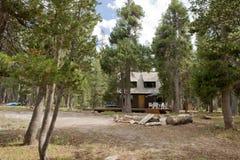 Casa de campo en bosque escénico imagenes de archivo
