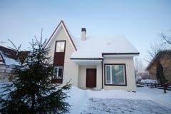 Casa de campo en invierno Foto de archivo libre de regalías