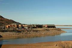 Casa de campo en la orilla del lago Imágenes de archivo libres de regalías