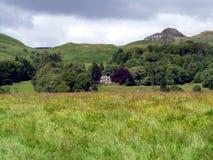 Casa de campo en paisaje escocés fotos de archivo