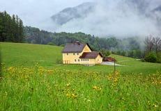Casa de campo en resorte foto de archivo