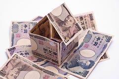 Casa de campo feita de cédulas yapanese dos ienes, abrigando o empréstimo Imagens de Stock Royalty Free