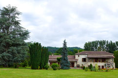 Casa de campo francesa do estilo antigo com terras Imagem de Stock Royalty Free