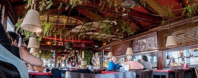 CASA DE CAMPO GESELL, ARGENTINA 21 DE MARÇO DE 2018: povos que chating dentro do restaurante e da barra da praia fotos de stock