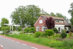 Casa de campo holandesa com um jardim, o canal e uma tração-ponte, Países Baixos imagens de stock